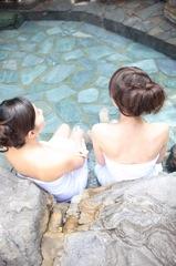 温泉療養する女性のイメージ写真